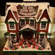 Neil Patrick Harris et David Burtka ont offert une magnifique maison en pain d'épice à Elton John pour Noël / photo postée sur Instagram, le 23 décembre 2015.