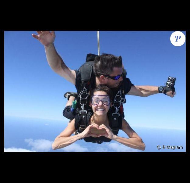 Nina Dobrev en plein saut en parachute, le 2 janvier 2016