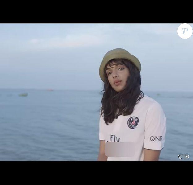 M.I.A dans le clip Borders, avec son maillot détourné du PSG
