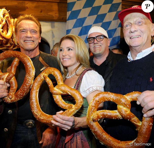 Arnold Schwarzenegger et sa compagne Heather Milligan, DJ Ötzi (Gerry Friedle), Niki Lauda lors de la Weißwurstparty organisée dans la ville de Going, le 22 janvioer 2016.