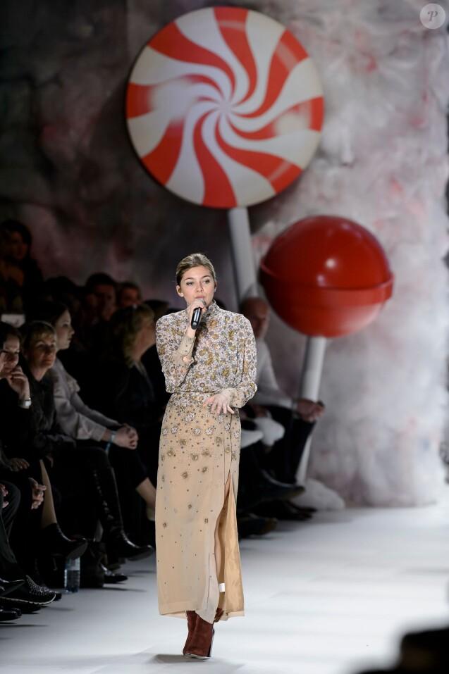Louane chante pendant le défilé de Fashion ID, lors de la Fashion Week de Berlin le samedi 23 janvier 2016.