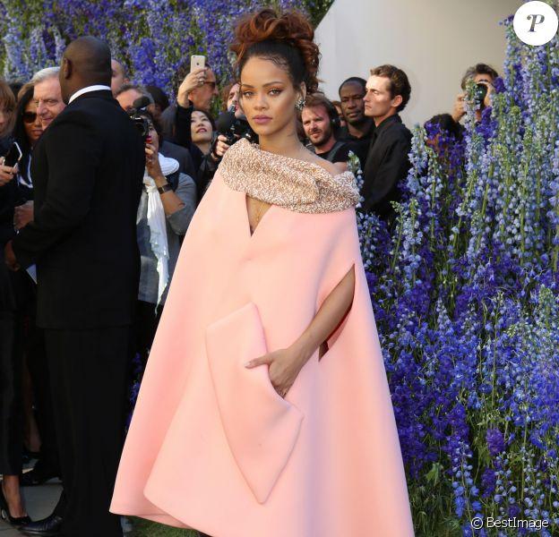 """Rihanna - Rihanna au défilé PAP """"Christian Dior"""" printemps / été 2016 à la cour carré du Louvre à Paris le 2 octobre 2015."""