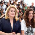 Chiara Mastroianni et Catherine Deneuve lors du photocall du film Les Bien-aimés pour le Festival de Cannes 2011
