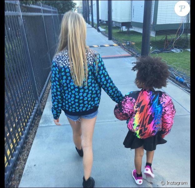 Apple, la fille de Gwyneth Paltrow et Chris Martin, et Blue Ivy, la fille de Beyoncé, sur le chemin du Super Bowl le 7 février 2016 à Santa Clara.