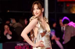 Dakota Johnson : Beauté sensuelle en or devant Alison Brie, sculpturale et sexy