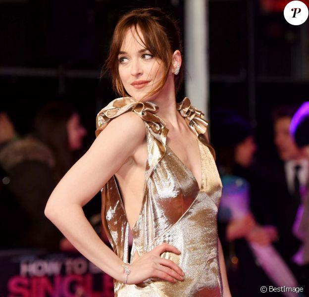 """Dakota Johnson (bijoux Messika, collection Angel) - Avant-première européenne du film """"How To Be Single"""" (Célibataire, mode d'emploi) à Londres le 9 février 2016."""