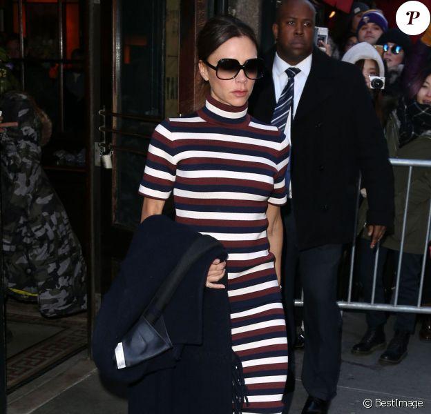 Victoria Beckham quitte le restaurant Balthazar à New York, habillée d'un manteau, d'un pull à col roulé et d'une jupe rayés Victoria Beckham (collection automne-hiver 2016-2017). Le 14 février 2016.
