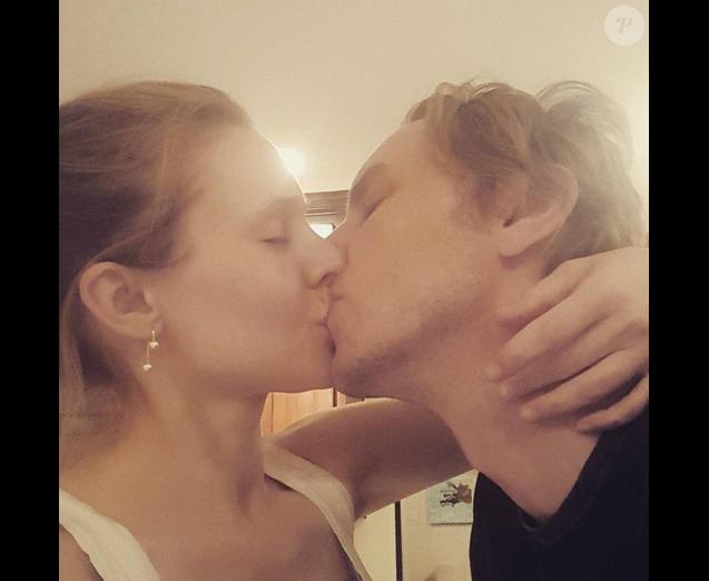 Kristen Bell fait ses débuts sur Instagram en publiant une première photo tandis qu'elle embrasse son mari Dax Shepard. Phoho publiée le 17 févirer 2016.