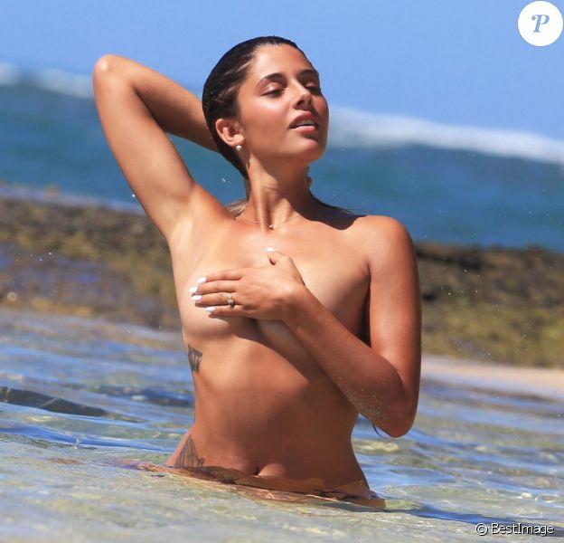 """Exclusif - Coralie (Secret Story 9), topless, pose pour la marque d'eau minérale """"138 water"""" à Hawaï le 15 février 2016."""