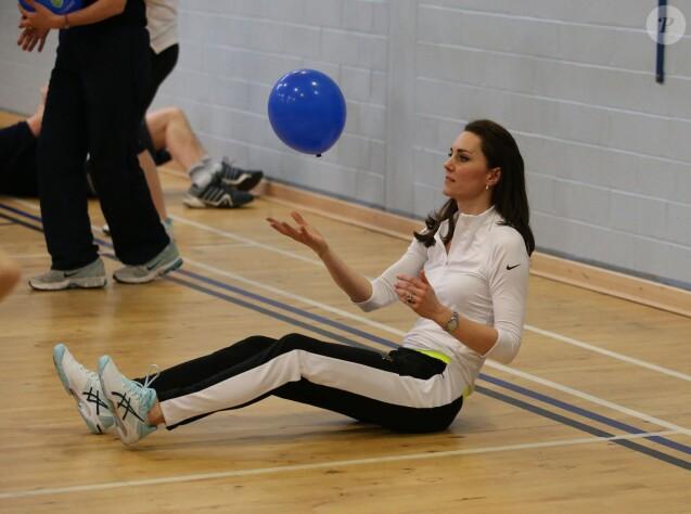 """Kate Middleton a apporté son concours très volontaire (le gainage, c'est le secret !) à Judy Murray, mère de Jamie et Andy Murray, au lycée Craigmount d'Edimnourg le 24 février 2016 lors de l'opération """"The Roadshow"""" de son programme Tennis on the Road."""