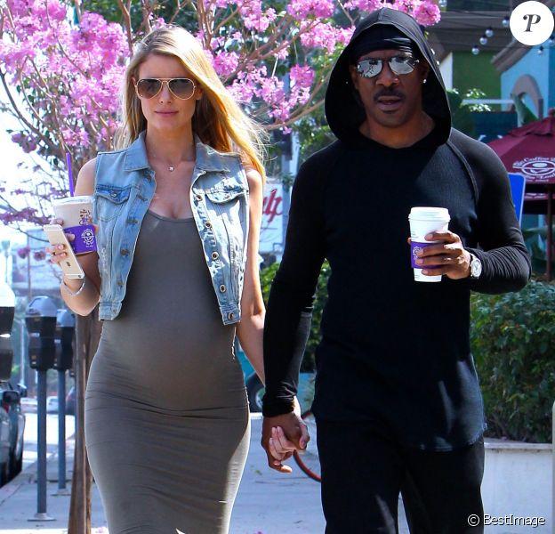Eddie Murphy et Paige Butcher, enceinte de leur premier enfant (le neuvième pour l'acteur), dans les rues de Studio City à Los Angeles le 2 mars 2016.