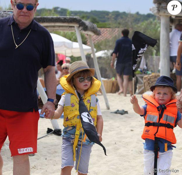 Elton John, son mari David Furnish et leurs fils Elijah et Zachary vont au Club 55 pendant leurs vacances à Saint-Tropez, le 13 août 2015.