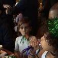 """""""North West sur les genoux de son père Kanye West s'amuse avec son cousin Mason lors del'anniversaire de Rob Kardashian Jr. au restaurant Nobu de Malibu.Photo publiée sur le compte Snapchat de Kim Kardashian, le 17 mars 2016."""""""