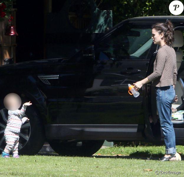 Exclusif - Rachel Bilson va rendre visite à sa mère Janice Stango avec sa fille Briar Rose à Los Angeles, le 23 mars 2016.