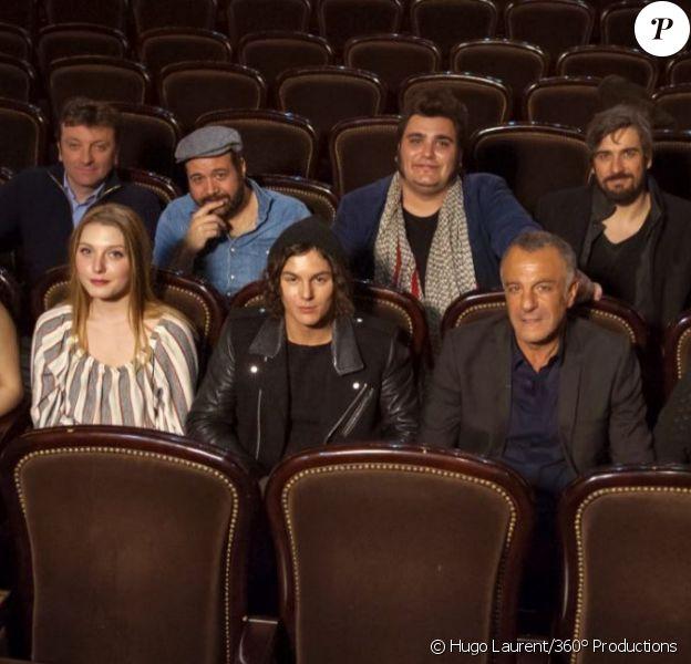 La troupe de huit comédiens pose avec le producteur Albert Cohen pour le spectacle Le Rouge et le Noir