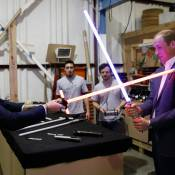William et Harry : Duel sans merci au sabre laser devant Daisy Ridley