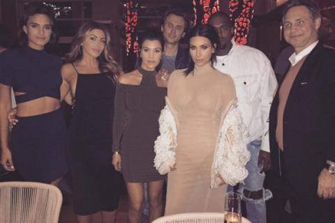 Kourtney et Kim Kardashian sexy à Miami et mamans adorables avec leurs enfants