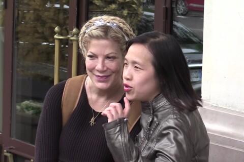 Tori Spelling à Paris : Elle rencontre ses fans, son fils chahute un paparazzo !