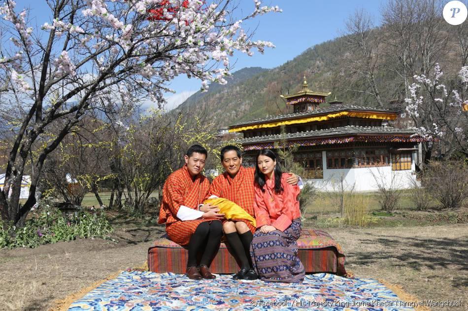 Le roi Jigme Khesar et la reine Jetsun du Bhoutan avaient dévoilé la première photo officielle de leur fils,  Jigme Namgyel Wangchuck, le 9 février 2016 lors du nouvel an tibétin. Le bébé repose sur les genoux de son grand-père, Jigme Singye, quatrième roi-dragon du Bhoutan.