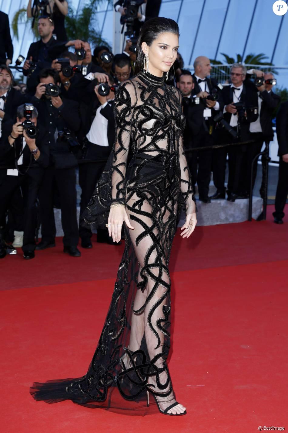"""Kendall Jenner en Cavalli Couture - Montée des marches du film """"Mal de pierres"""" lors du 69e Festival International du Film de Cannes. Le 15 mai 2016. © Borde-Jacovides-Moreau/Bestimage"""