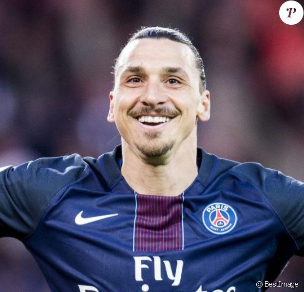 Les adieux de Zlatan au Parc. Zlatan Ibrahimovic fête la victoire du PSG sur Nantes (ainsi que la première place du championnat) et son dernier match en championnat sous les couleurs du PSG au Parc des Princes à Paris le 14 mai 2016