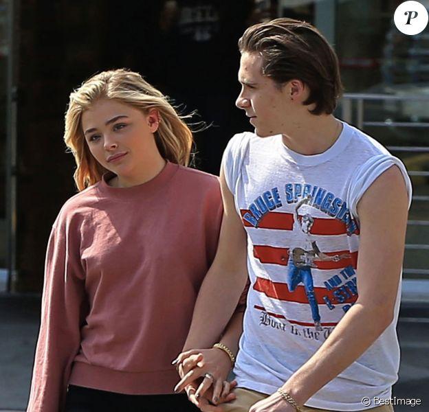 Brooklyn Beckham et sa petite amie Chloë Grace Moretz se promènent main dans la main à la sortie d'une pharmacie à Beverly Hills. Le 19 mai 2016