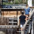 Exclusif - LeAnn Rimes se balade main dans la main avec son mari Eddie Cibrian sur une plage à Malibu, le29 mai 2016