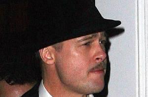 REPORTAGE PHOTOS : Brad Pitt, moustache, chapeau, costard... un gangster plus vrai que nature !