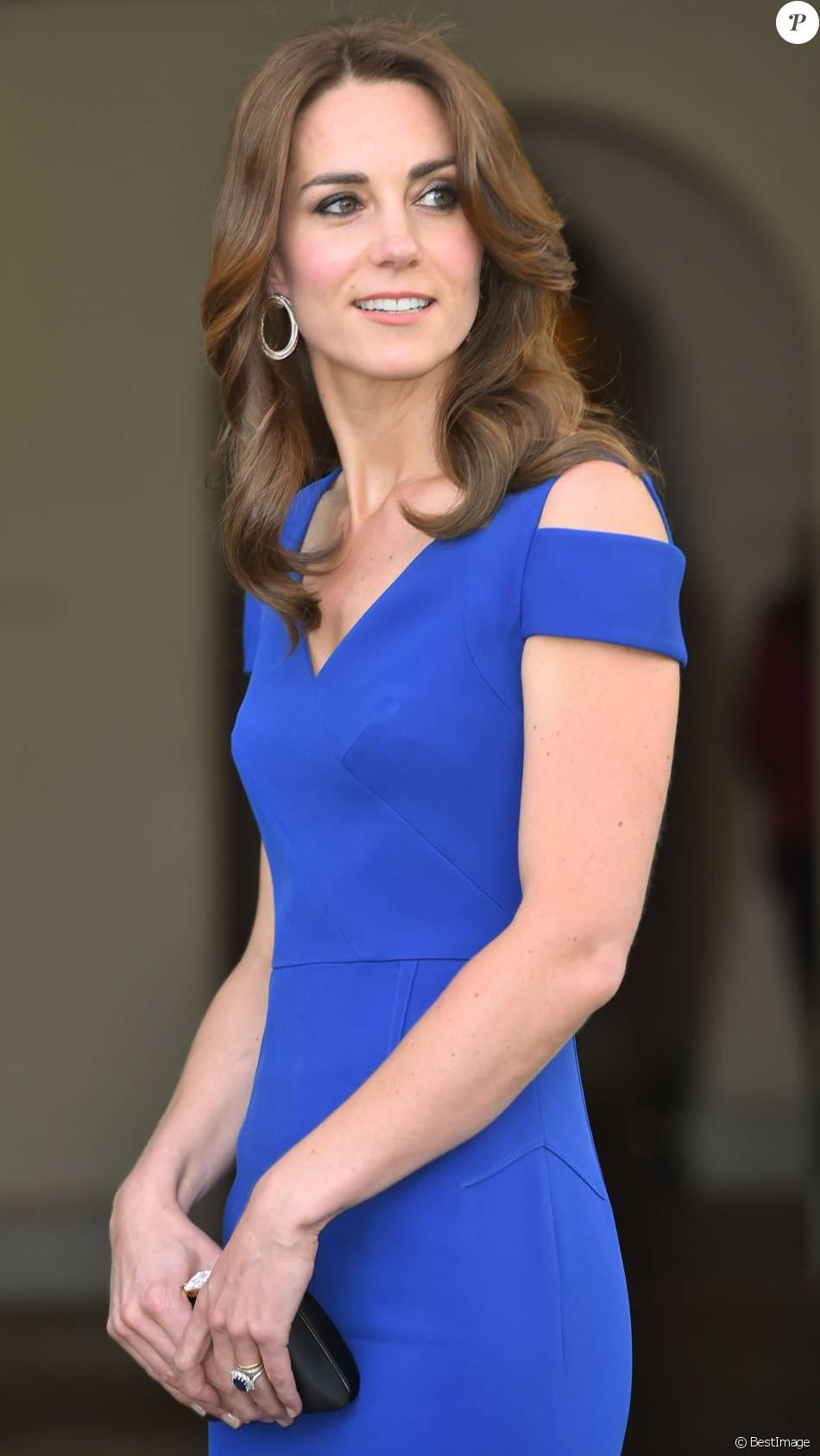 Kate Middleton, duchesse de Cambridge, somptueuse dans une robe Roland Mouret, accueillait le 9 juin 2016 des ambassadeurs et des athlètes de l'association SportsAid pour un dîner, tourné vers les JO de Rio, en l'honneur du 40e anniversaire de l'organisme dont elle est la marraine.