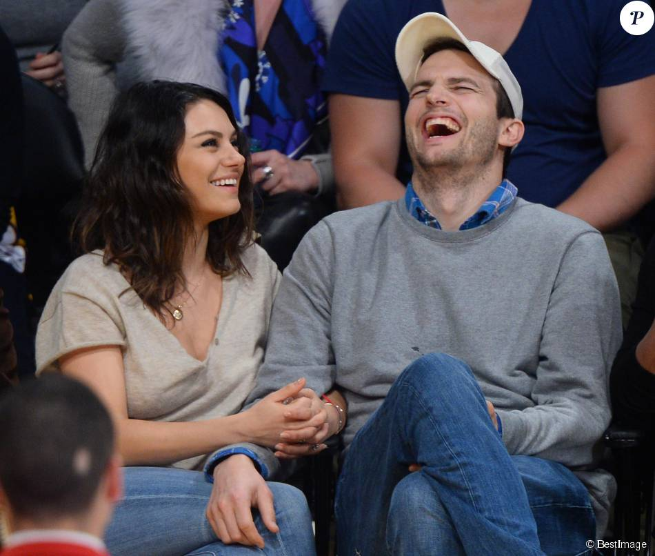 Mila Kunis et son fiancé Ashton Kutcher très amoureux et très complices au match de basket des Lakers à Oklahoma City, le 19 décembre 2014.
