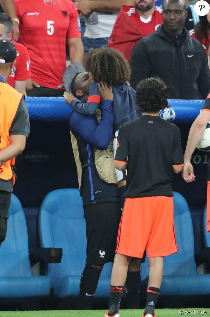 steve mandanda et son fils sacha au match de l 39 euro 2016 france albanie au stade v lodrome. Black Bedroom Furniture Sets. Home Design Ideas