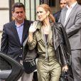Céline Dion à la sortie de son hôtel Royal Monceau, pose avec des fans, à Paris, le 18 juin 2016