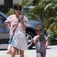 Selma Blair se promène avec son fils Arthur dans les rues de Studio City, le 13 mai 2016