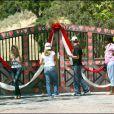 Fans devant Neverland, ancienne propriete de Michael Jackson