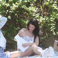 Briana Jungwirth et son fils Freddie Reign Tomlinson (dont le père est Louis Tomlinson, chanteur du groupe One Direction) déjeunent dans un parc avec une amie à Los Angeles le 16 mai 2016.