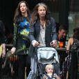 Exclusif - Liv Tyler, enceinte, avec son père Steven Tyler et ses enfants Milo Langdon et Sailor Gardner, se promènent à New York le 23 juin 2016.