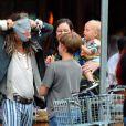 Exclusif - Liv Tyler, enceinte avec son père Steven Tyler (sous le masque) et ses enfants Milo Langdon et Sailor Gardner, se promènent à New York le 23 juin 2016.