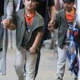 Exclusif - Nelson et Eddy Angélil, les jumeaux de Céline Dion, se promènent dans le quartier de Rivoli avec leurs deux nounous, leurs deux gardes du corps et leur chauffeur à Paris le 29 juin 2016.