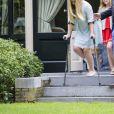 Le roi Willem-Alexander des Pays-Bas, la reine Maxima et leurs filles la princesse héritière Catharina-Amalia, la princesse Alexia et la princesse Ariane ont pris la pose le 8 juillet 2016 dans le jardin de leur résidence, la Villa Eikenhorst, à Wassenaar, dans le cadre de leur séance photo annuelle avec la presse à l'occasion des vacances d'été. La reine Maxima y a pris part malgré une légère commotion cérébrale ; quant à Catharina-Amalia, elle se déplaçait avec des béquilles suite à une entorse !