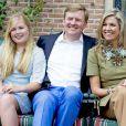 Le roi Willem-Alexander des Pays-Bas entre sa femme la reine Maxima et leur fille aînée la princesse héritière Catharina-Amalia le 8 juillet 2016 dans le jardin de leur résidence, la Villa Eikenhorst, à Wassenaar, dans le cadre de leur séance photo annuelle avec la presse à l'occasion des vacances d'été. La reine Maxima y a pris part malgré une légère commotion cérébrale ; quant à Catharina-Amalia, elle se déplaçait avec des béquilles suite à une entorse !