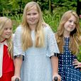 La princesse héritière Catharina-Amalia des Pays-Bas, à béquilles après s'être foulé la cheville, la princesse Alexia et la princesse Ariane ont posé le 8 juillet 2016 lors de la séance photo des vacances d'été de la famille royale, dans le jardin de leur résidence, la Villa Eikenhorst, à Wassenaar.