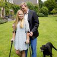 Le roi Willem-Alexander des Pays-Bas et sa fille la princesse héritière Catharina-Amalia, qui s'est foulé la cheville, lors de la séance photo des vacances d'été de la famille royale le 8 juillet 2016 dans le jardin de sa résidence, la Villa Eikenhorst, à Wassenaar, dans le cadre de leur séance photo annuelle avec la presse à l'occasion des vacances d'été.