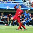 Cristiano Ronaldo au choc avec Dimitri Payet lors de la finale de l'Euro 2016 à Saint Denis, le 10 juillet 2016.