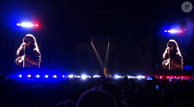 Rihanna rendant hommage aux victimes de l'attentat de Nice, en concert à Lyon le 19 juillet 2016