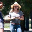 Hilary Duff emmène son fils Luca jouer au foot dans un parc à Studio City, le 25 juillet 2016