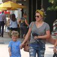 Hilary Duff et son fil Luca sont allés déjeuner au South Beverly Grill à Beverly Hills, le 23 juillet 2016.