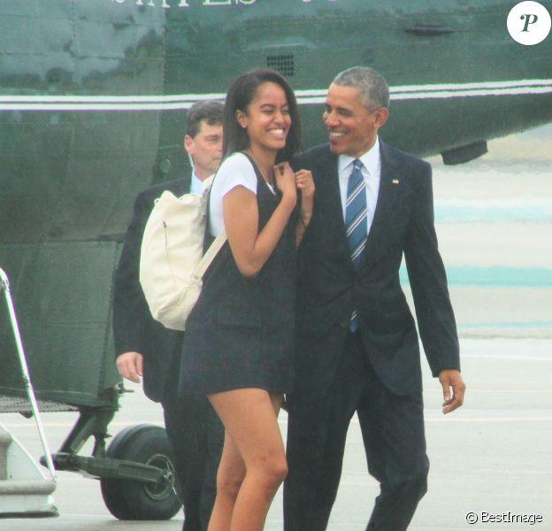 Le président Américain Barack Obama accompagné de sa fille Malia quitte Los Angeles à bord de Air Force One le 8 Avril 2016.