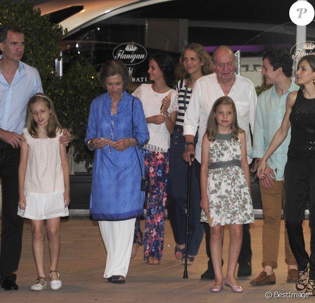 Le roi Felipe VI, la princesse Leonor, la reine Sofia, Victoria Federica de Marichalar, l'infante Elena, le roi Juan Carlos, la princesse Sofia, Felipe Juan Froilan de Marichalar et la reine Letizia d'Espagne - La famille royale d'Espagne a dîné au restaurant Flanigan à Majorque lors de ses vacances le 31 juillet 2016.