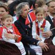 La princesse Märtha Louise de Norvège et son mari Ari Behn avec leurs filles Maud Angelica, Leah Isadora et Emma Tallulah le 17 mai 2013 à Londres lors de la Fête nationale norvégienne. Le couple a annoncé son divorce le 5 août 2016, après 14 ans de mariage.