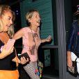 Sharon Stone et guest - Les célébrités arrivent au concert de Adele au Staples Center à Los Angeles, le 9 août 2016